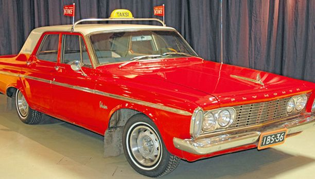 Taksien joukossa on aina hieman eksoottisempiakin autoa – tässä 60-luvun alun Plymouth Belvedere on saanut kilven katolleen.