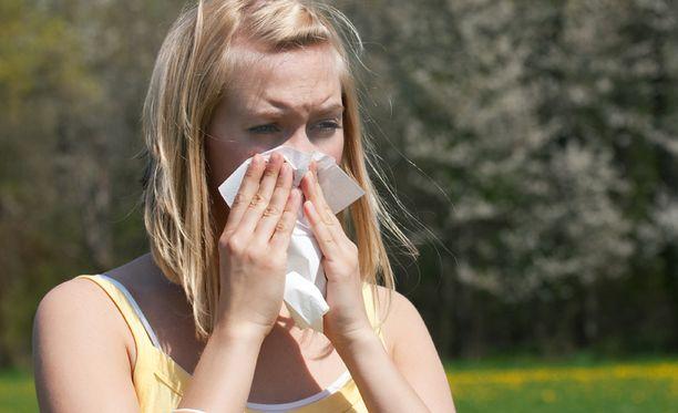 Voimakkaista allergiaoireista kärsivän on hyvä katsoa, mitä suuhunsa laittaa.