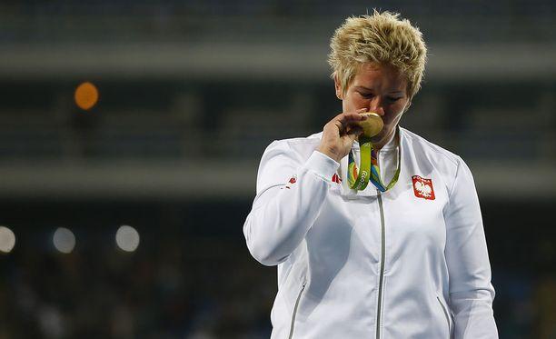 Anita Wlodarczyk sai Riosta kotiinviemisiksi olympiakultaa.