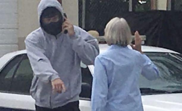 Poliisi Lee Coel näytteli roistoa ja 73-vuotias eläkeläinen poliisia kansalaisille järjestetyssä roolileikissä.
