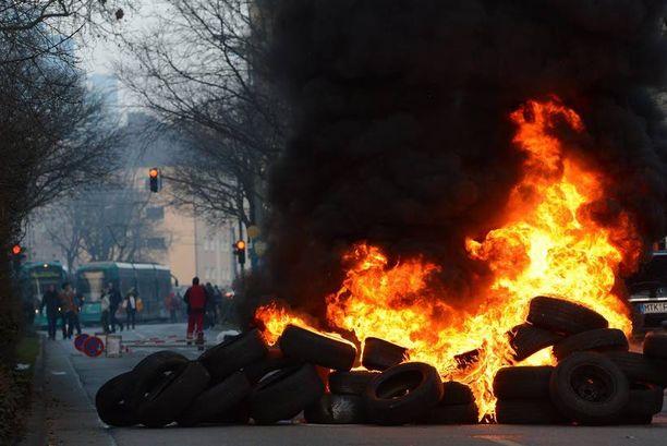 Renkaat paloivat Saksassa EKP:n avajaisten alla.
