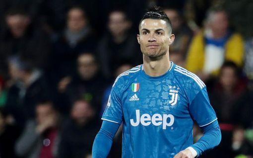 """Cristiano Ronaldo pakeni koronavirusta ja aiheutti kohun – """"Hän vain ottaa kuvia altaalla"""""""