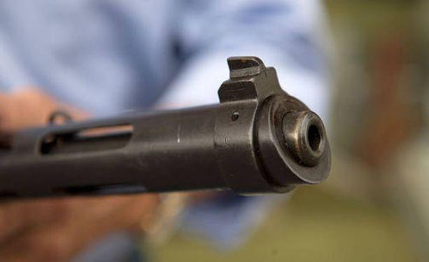 Direktiivin taustalla on tavoite aseiden ja patruunoiden turvallisesta säilyttämisestä niin, että minimoidaan vaara niiden joutumisesta vääriin käsiin.