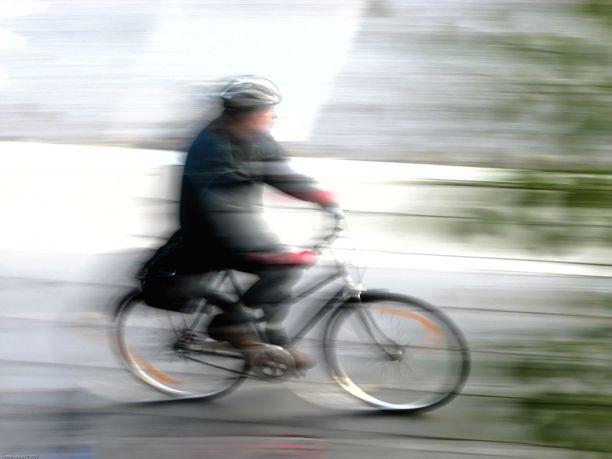 Pyöräilijä ei loukkaantunut tilanteessa. Kuvituskuva.