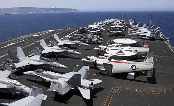 F/A-18E Super Horneteja ja E-2C Hawkeye-valvontakoneita lentotukialuksen kannella.