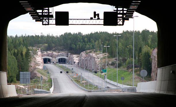 Osa Valtatie 1:stä eli Turunväylästä on kiinni keskiviikkoaamuun saakka tunnelitarkastusten vuoksi. Arkistokuva.
