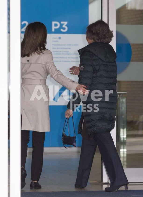 Naiset saapuivat madridilaissairaalaan yhtä matkaa.