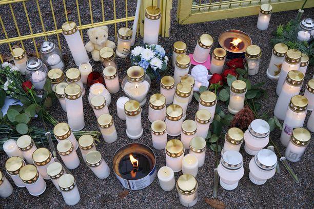 Maanantaina aikana puistoon tuotiin lukuisia kynttilöitä.