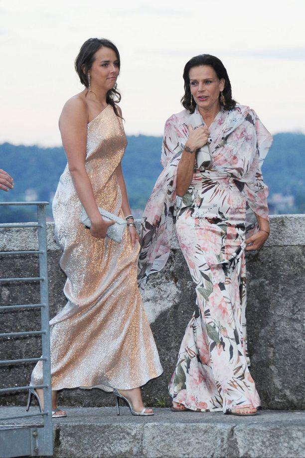 Prinsessa Stéphanie saapui hääjuhlaan Pauline-tyttärensä kanssa.