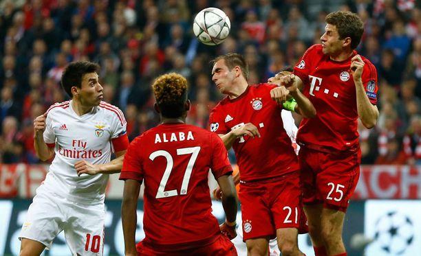 Benfican Pizzi ja Bayernin David Alaba, Philipp Lahm sekä Thomas Müller taistelivat pallosta.