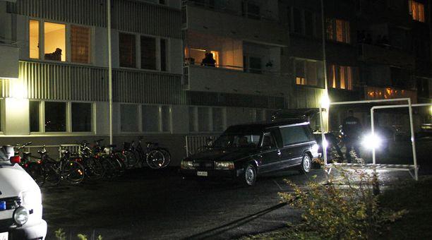 Nuori nainen menehtyi kerrostalon takapihalle.