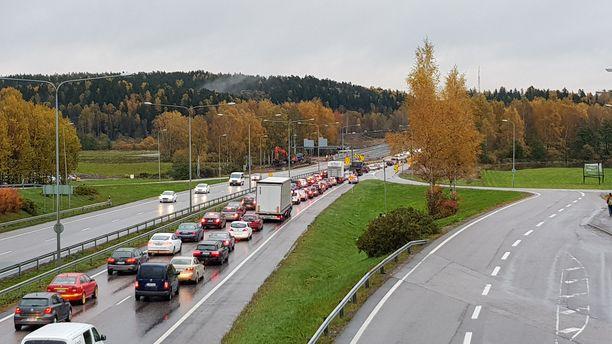 Tulvavesi pakotti sulkemaan ajokaistoja Turun moottoritiellä Espoossa 2017. Tulvariskin on ennustettu kasvavan koko maassa.