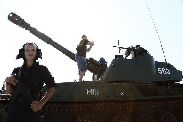 Venäläismies kuvasi tapahtumia panssarivaunun päällä.