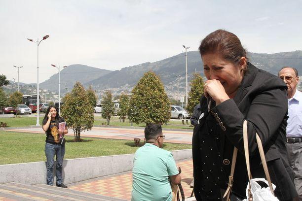 Toimittajien sukulaiset ja ystävät saapumassa Quitoon huhtikuussa kuulemaan uutisia omaisistaan.