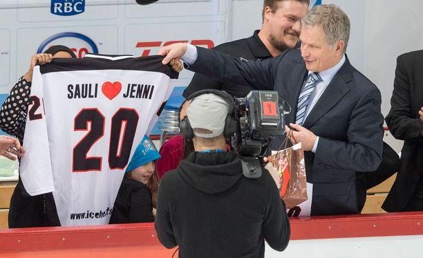 Sauli Niinistö on tuttu näky jääkiekkokatsomossa. Kuva Suomen ja Valko-Venäjän nuorten MM-kisoista joulukuulta.