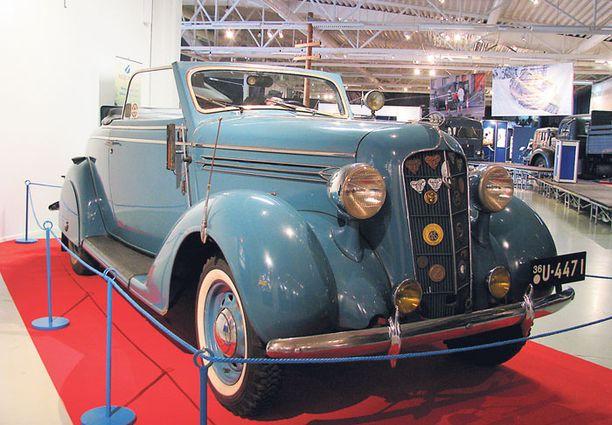 FILMISTÄ TUTTU. Tauno Palo ajoi taivaansinistä Plymouth P2 Convertible Coupéta elokuvassa Mieheke. Vuosi oli 1937.