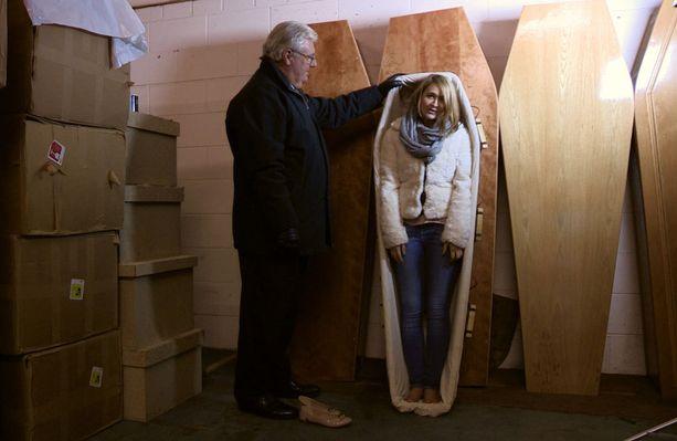 Rowena säästää omiin hautajaisiinsa, jotka järjestää etukäteen.
