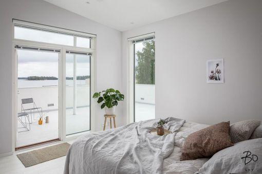 Helsingin Jollaksessa sijaitsevan erillistalon makuuhuoneesta avautuvat näköalat merelle ja sieltä on käynti myös terassille.
