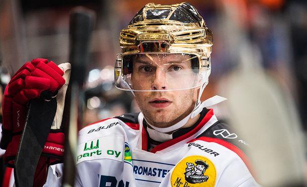 Sami Lähteenmäki taklasi Otto Paajasta, josta seurasi kahakka.