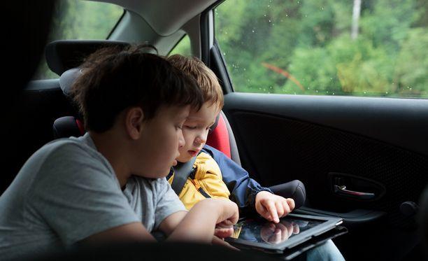 Tabletti on tutkitusti hyvä keino saada lapsi rauhoittumaan automatkalla.