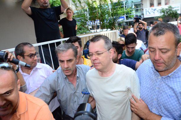 Andrew Brunson (toinen oikealta) viime heinäkuussa, jolloin hänet siirrettiin vankilasta kotiarestiin.