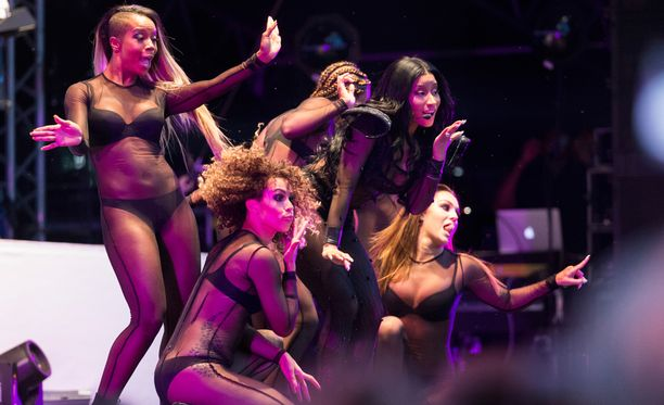 Nicki Minajin show'sta ei paljasta pintaa puuttunut.