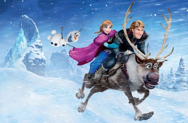 Olaf, Anna, Kristoff ja Sven etsivät Elsaa kylmissä olosuhteissa, jotka Elsa on loihtinut.