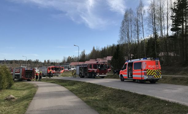 Sammutustöitä Nurmijärvellä Peikonkujalla sunnuntaina.