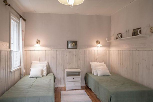 Joensuun talon makuuhuoneessa on rauhallinen värimaailma.