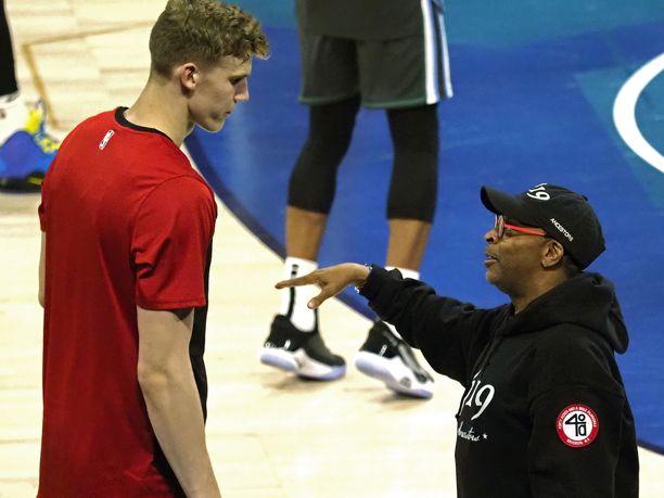 Lauri Markkanen ja Spike Lee keskustelemassa NBA:n tähdistöottelussa.
