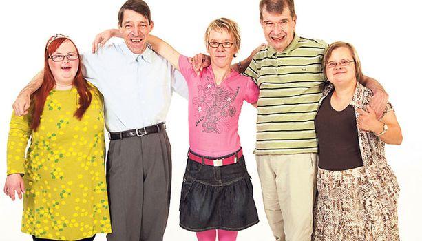Toisenlaiset frendit -sarjan ensimmäisellä kaudella seurattiin ystävysten Sonjan, Timon, Katan, Mikon ja Sannan arkea. Myöhemmin mukaan liittyi myös Johannes.
