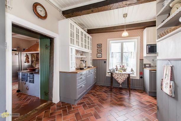 Keittiössä on modernimpi tunnelma.