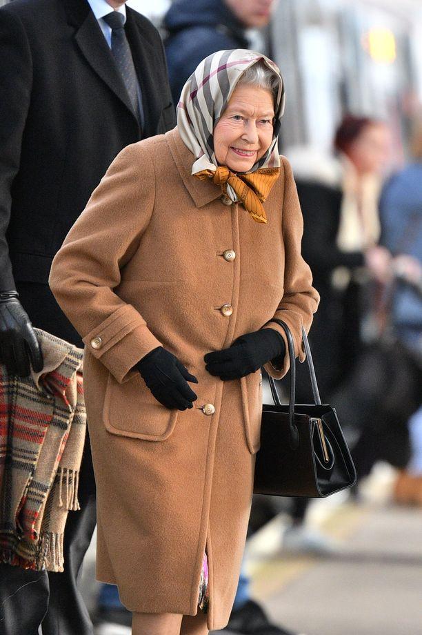 Kuningatar Elisabet saapui joulunviettoon iloisena.