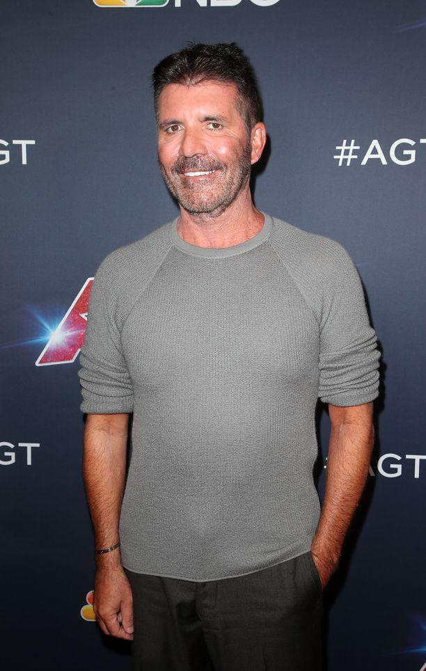Simon Cowell väläytti hammashymyään Talentin Live Show'n punaisella matolla 14. elokuuta.