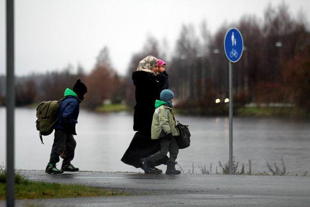 Turvapaikanhakijoiden vastaanottorahan siirtoa suunnitellaan prepaid-kortille. Kuvassa turvapaikanhakijoita tulossa Ruotsista Suomeen.
