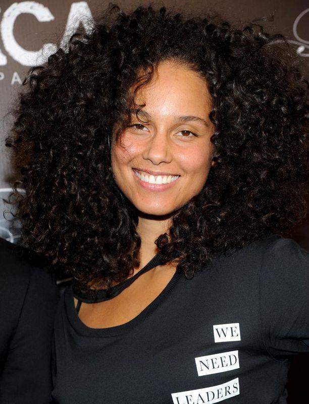 Alicia Keys rakastaa meikkejä, muttei suostu käyttämään niitä vallalla olevien kauneusihanteiden vuoksi.