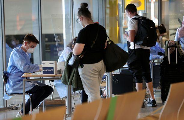 Serbiasta ja Makedoniasta saapuvat matkustajat joutuvat Saksassa pakolliseen koronatestiin. Tässä testiin jonotetaan Dortmundin kentällä.