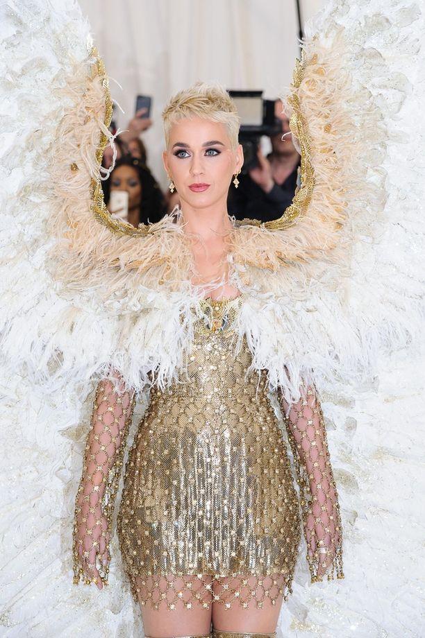 Katy Perry vinoili tuoreelle Sussexin herttuattarelle tämän hääasusta.