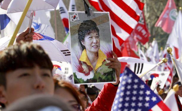 Park Geun-hyenin kannattajat vastustivat presidentin erottamista.