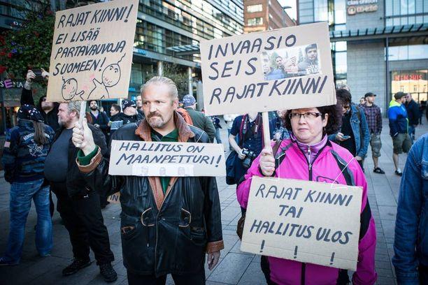 Turvapaikanhakijoita vastustavia mielenosoittajia.