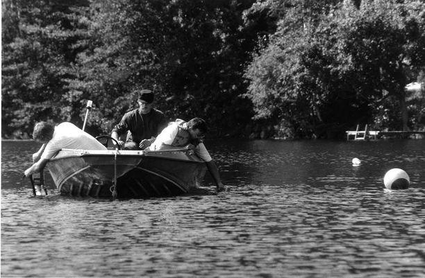 Merivoimien sukeltajat vitsailivat, että etsinnät järvellä menivät mutapainiksi. Kolmimetrinen liejupohja teki salaperäisen esineen etsinnän erittäin hankalaksi.