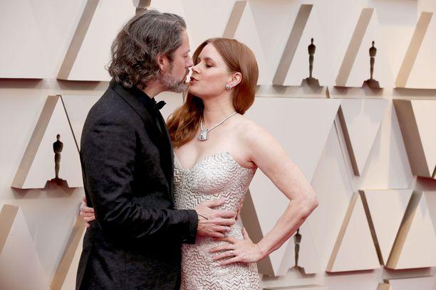 aissivuosaehdokkuuden napannut Amy Adams jäi ilman Oscaria, mutta ainakin punaisella matolla tunnelma oli vielä katossa aviomies Darren Le Gallon kanssa.