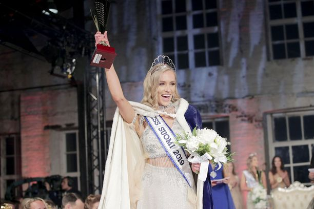 Anni kruunattiin Miss Suomeksi syyskuussa.
