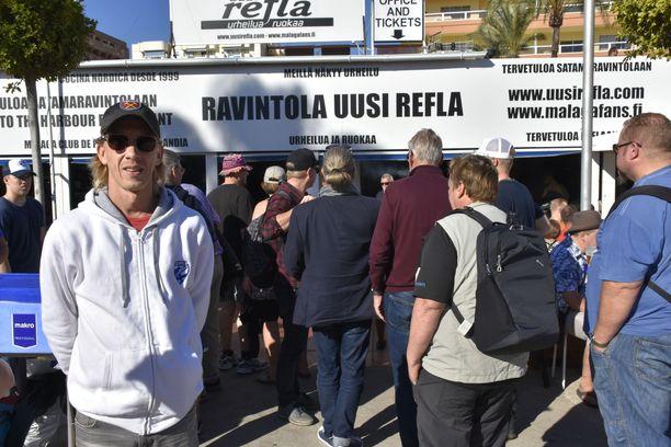 Malaga Fan Club Finlandin luotsaaja Veppe Tervaskangas on iloissaan siitä, että väki on joka viikko löytänyt tiensä huutokauppaan.