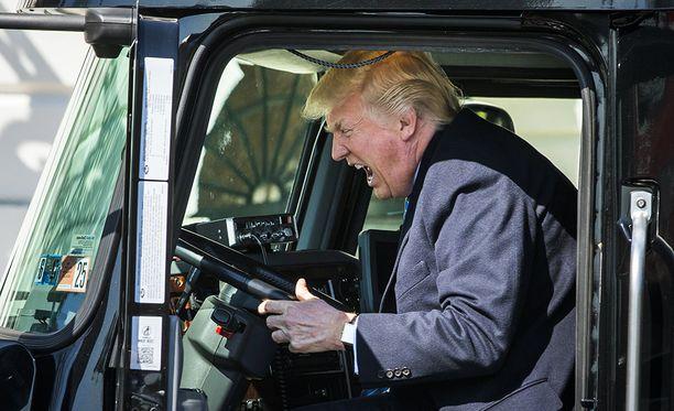 Presidentti istahti 18-pyöräisen ohjaimiin Valkoisen talon nurmikolla.