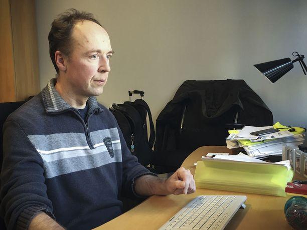 Europarlamentaarikko Jussi Halla-aho työpaikallaan Euroopan parlamentissa.