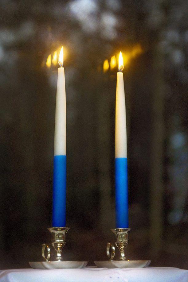 Perinteisesti kynttilät palavat ikkunalla itsenäisyyspäivänä kello 18-21.