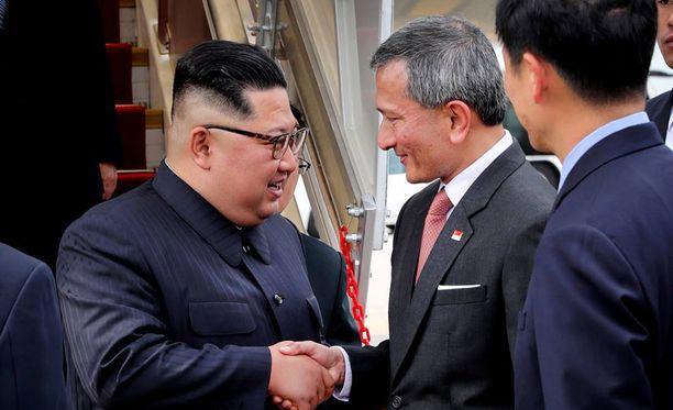 Kim saapui Singaporeen Kiinan lentoyhtiön Air Chinan koneella sunnuntaina aamulla. Vastassa oli Singaporen ulkoministeri Vivian Balakrishnan.