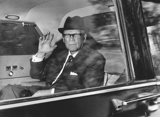 Presidentti Urho Kekkonen viihtyi Armi Ratian kosteissa juhlissa.