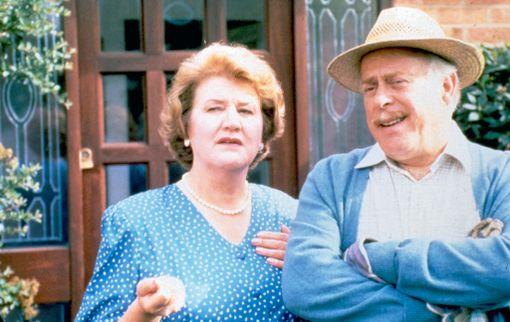 Patricia Routledgen lisäksi Pokka pitää -sarjan toisessa pääroolissa nähtiin Clive Swift.